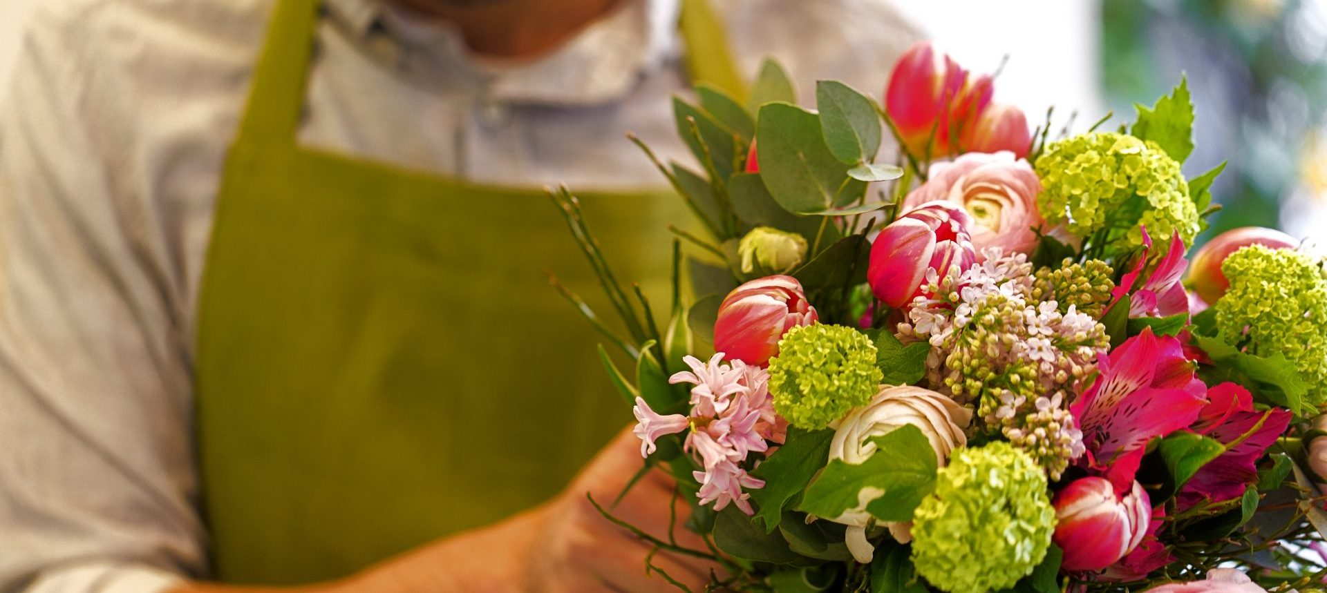 Man bos bloemen tulpen ranonkel alstromeria eucalyptus blad hydrangea